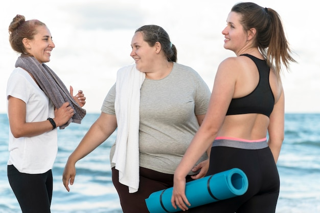 ビーチでのミディアムショットの幸せな女性