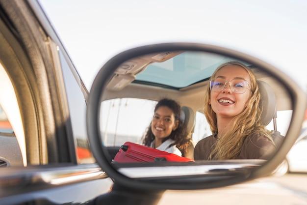Donne felici del colpo medio in macchina