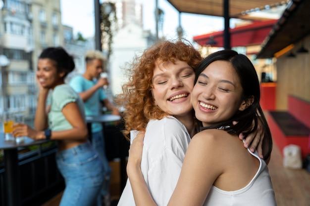 포옹하는 미디엄 샷 행복한 여성