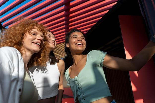 Donne felici del tiro medio che prendono selfie