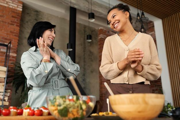 Средний снимок счастливых женщин вместе Бесплатные Фотографии