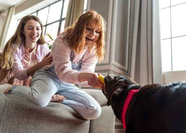 犬とミディアムショットの幸せな女性