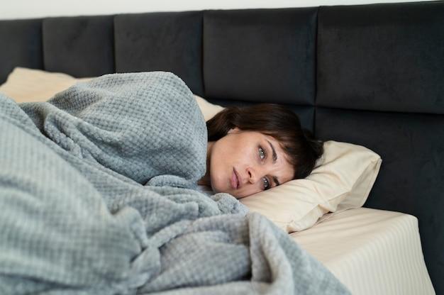 Donna malata di colpo medio a letto