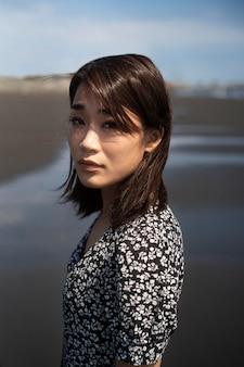 ビーチでミディアムショットの日本人女性