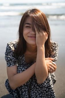 해변에서 중간 샷 일본 여자