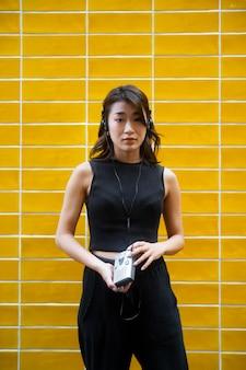 음악을 듣고 미디엄 샷 일본 여성