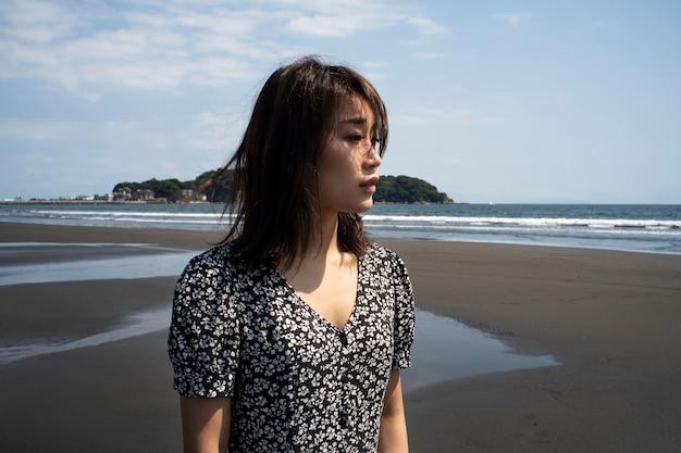 外でミディアムショットの日本人女性