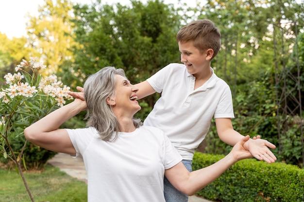 ミディアムショットの子供と祖母