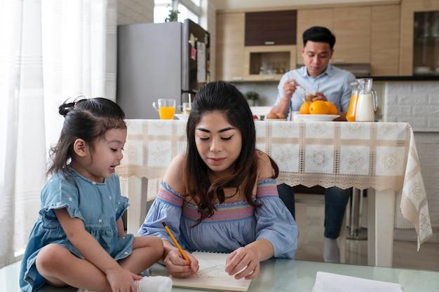 ミディアムショットの子供と母親の描画