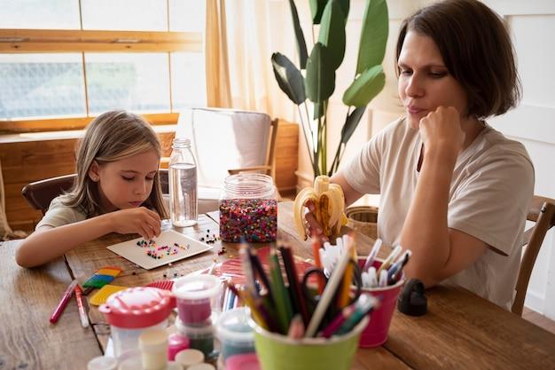 Средний снимок ребенка и женщины, сидящей
