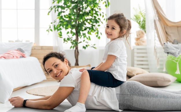 ミディアムショットの子供と女性の運動