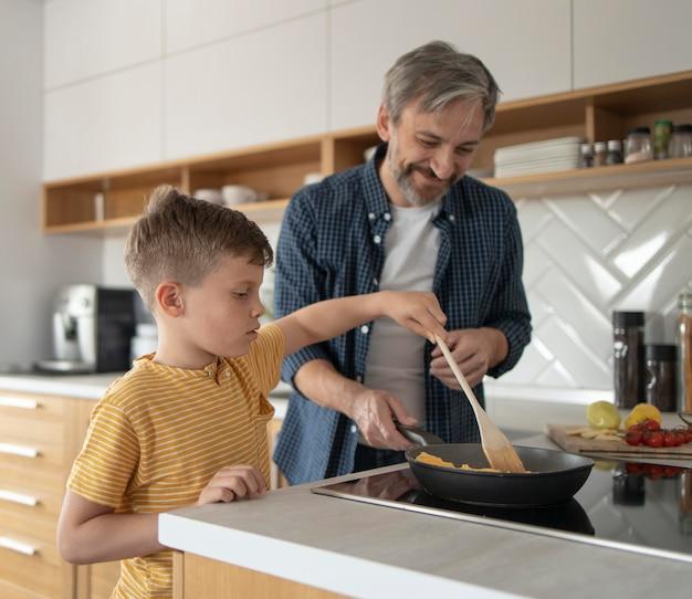 ミディアムショットの子供料理オムレツ