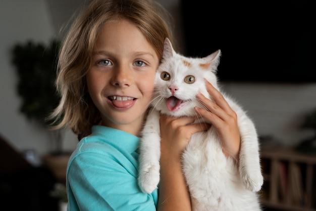 고양이를 안고 있는 미디엄 샷 아이