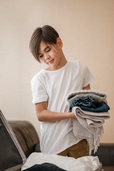 Средний выстрел ребенок держит одежду
