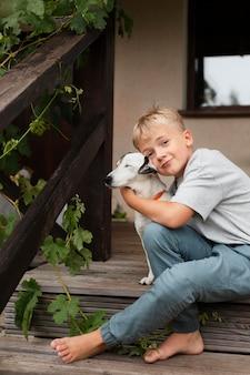 Средний выстрел ребенок держит собаку