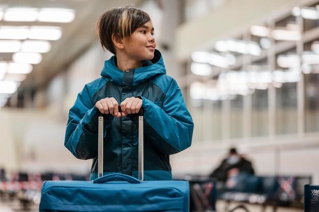 荷物を持っているミディアムショットの子供
