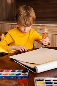 Средний выстрел ребенок держит маркер