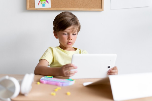 태블릿을 들고 중간 샷 아이