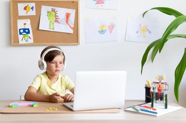 노트북을 보고 있는 중간 샷 아이