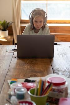 Средний ребенок учится дома