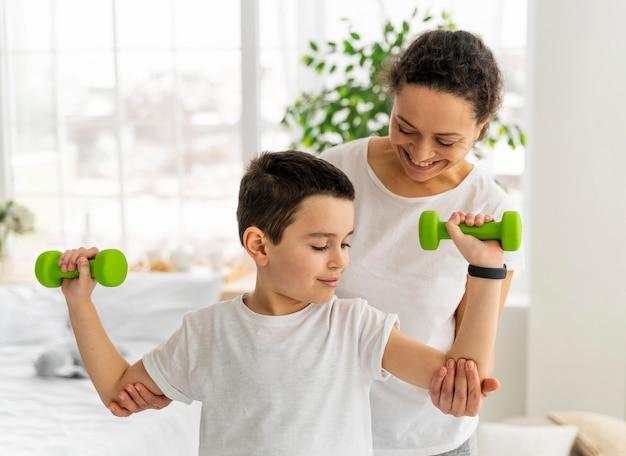Тренировка малышей среднего веса с гантелями