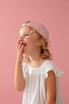 Ребенок среднего роста в розовой шляпе