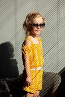 Малыш среднего роста в солнцезащитных очках