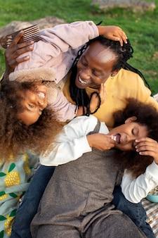 ミディアムショットの子供と父親が一緒に遊ぶ