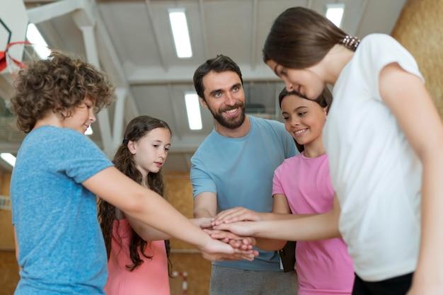 체육관에서 중간 샷 어린이와 교사