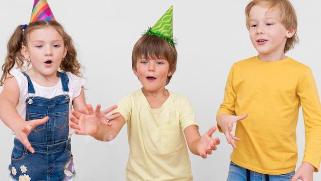 パーティーでミディアムショットの子供たち