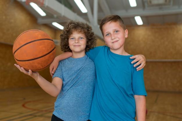 学校の体育館でミディアムショットの子供たち