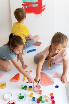 Pittura per bambini inquadratura media