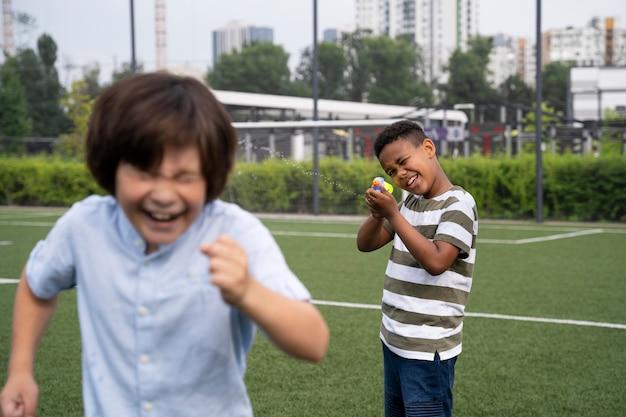 一緒に遊ぶミディアムショットの子供たち