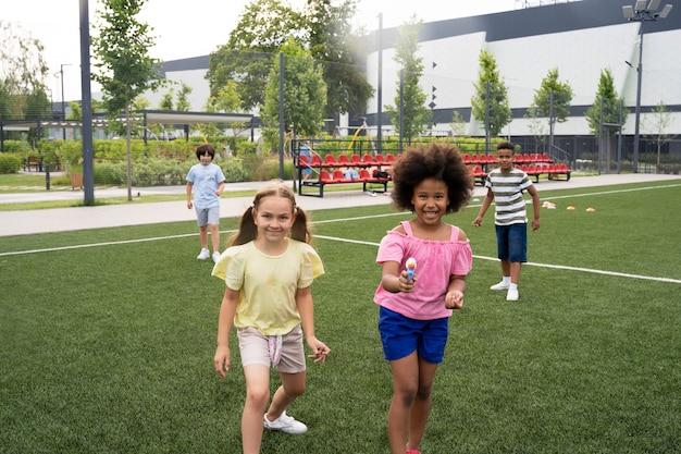 水鉄砲で遊ぶミディアムショットの子供たち