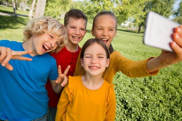Дети среднего кадра, делающие селфи