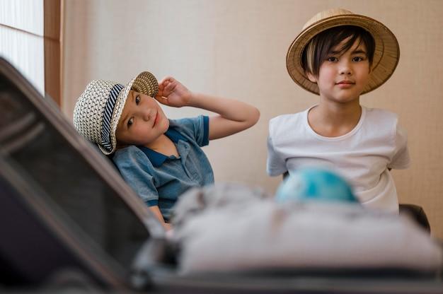 折りたたまれた服を着たミディアムショットの子供たち