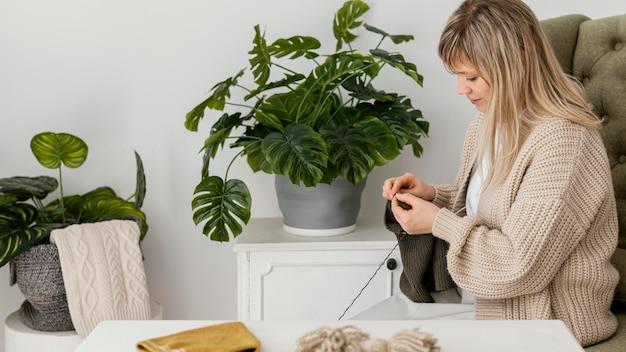 アームチェアでのミディアムショット編み