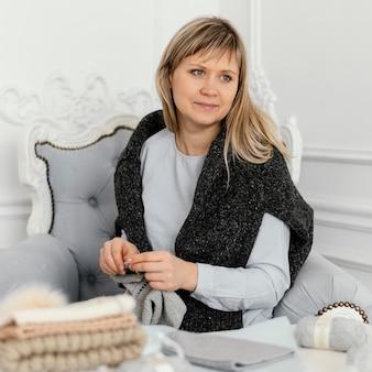 目をそらしているミディアムショット編み物の女性