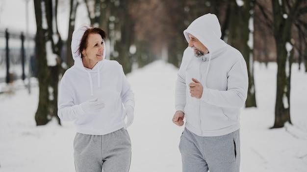 Средний выстрел мужчина и женщина бегут