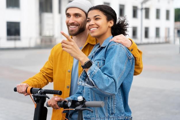スクーターとミディアムショットの男と女