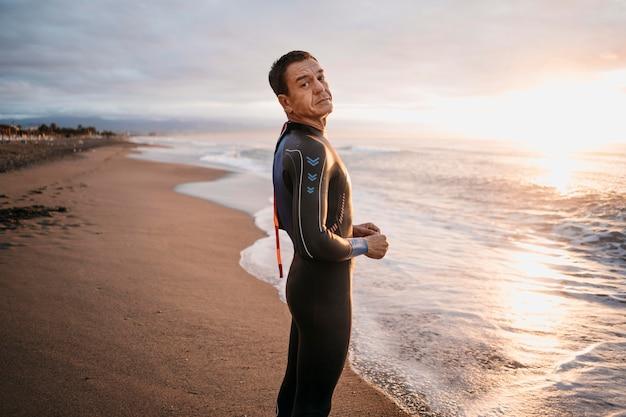 Uomo di tiro medio sulla spiaggia