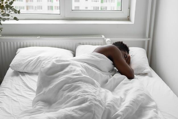 Colpo medio uomo a letto