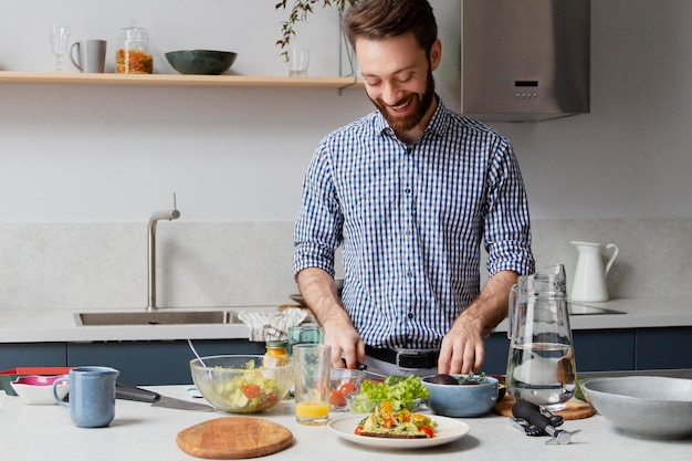 Средний выстрел человек готовит на кухне