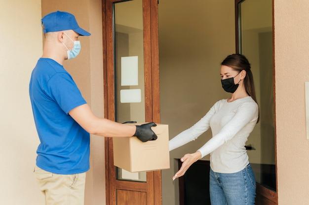 Коробка доставки среднего кадра
