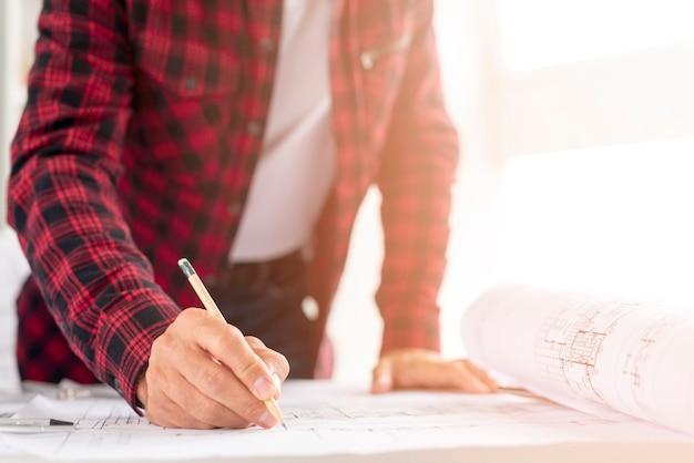 Среднестатистический мужчина рисует архитектурный проект