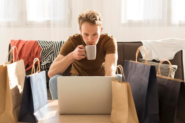 Uomo del colpo medio che beve caffè