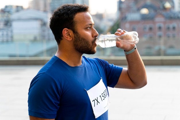 ミディアムショットの男性の飲料水