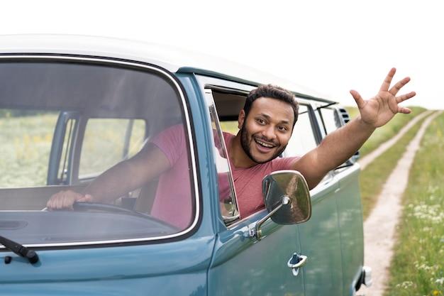Средний человек за рулем фургона