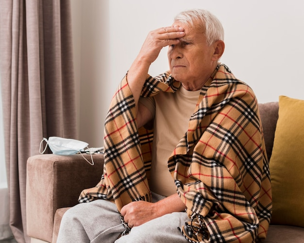 Uomo di tiro medio che soffre di mal di testa