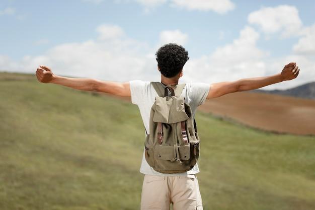 Uomo di tiro medio che esprime libertà Foto Gratuite
